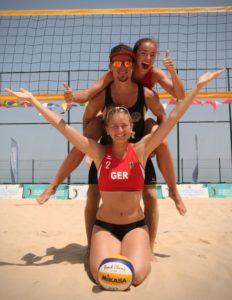 Die Geschwister Peggy (unten) und Nelly Steinbach, hier mit Tobias Franz, erkämpften bei den Deaflympics Rang 6 im Beachvolleyball.